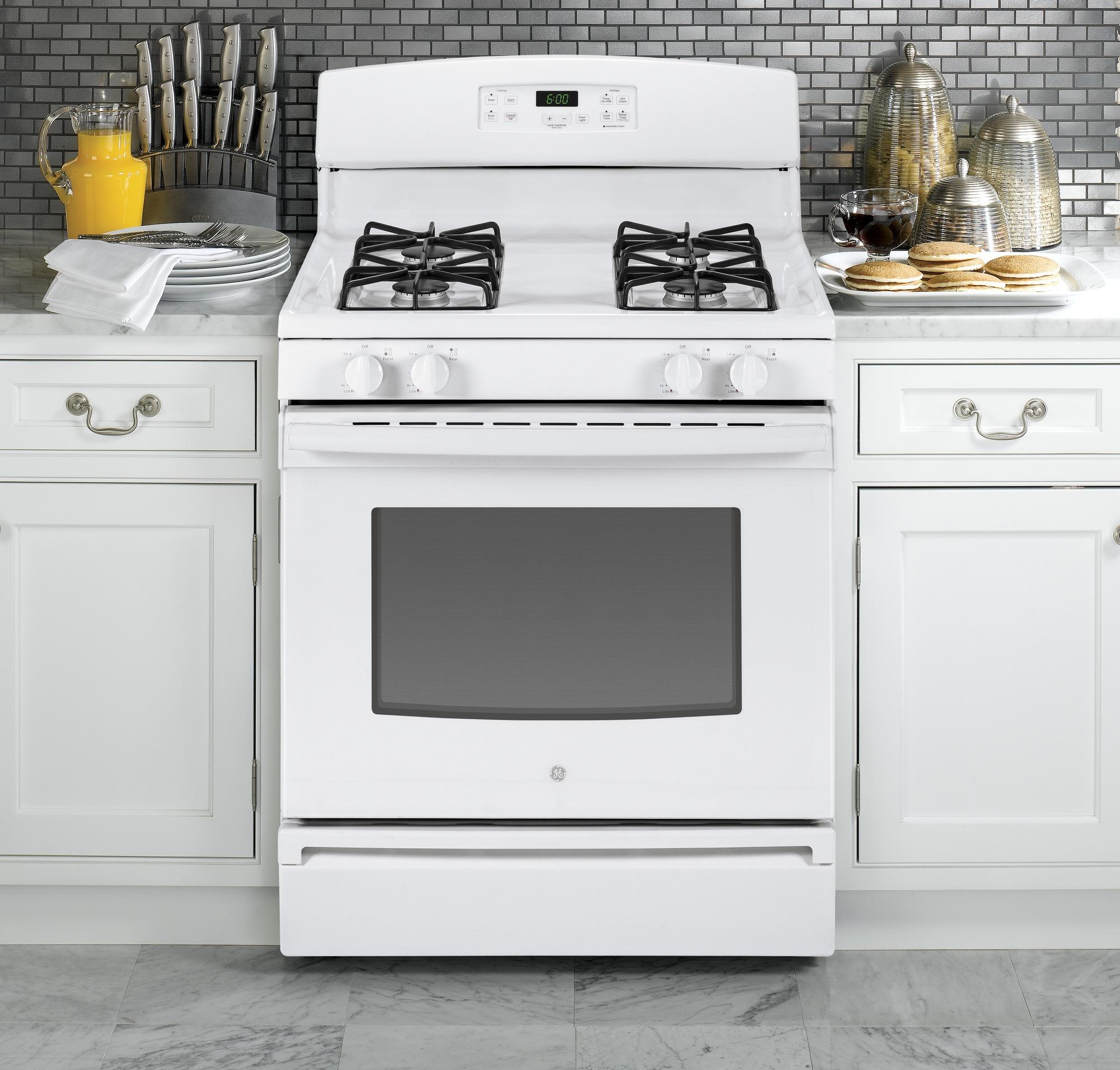 GE Appliances JGBS60DEFWW 4.8 cu. ft. Gas Range - White