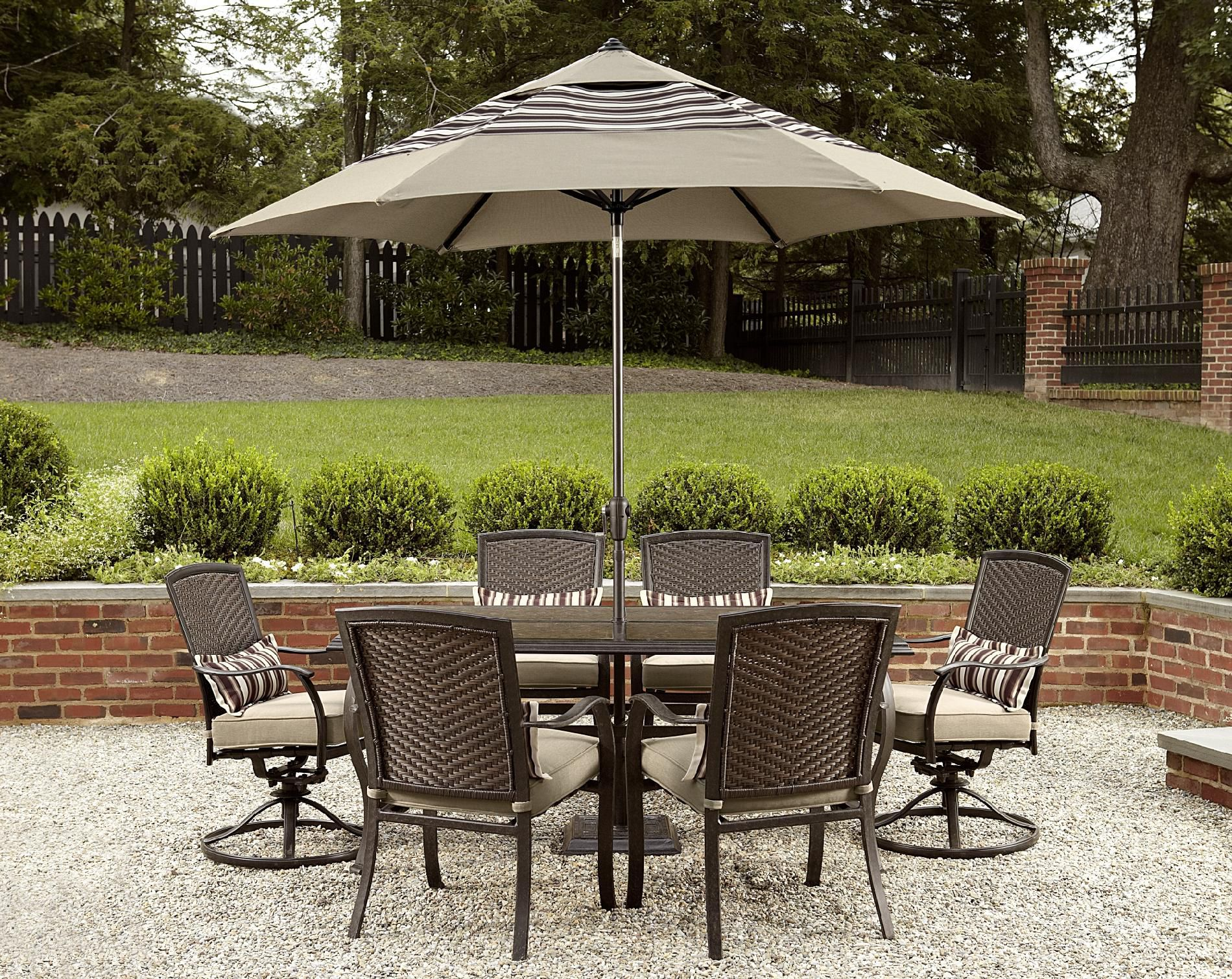 La-Z-Boy Outdoor McKenna 9ft Round Umbrella